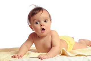 Baby mit gelber Windel