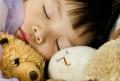 Schlafendes Baby mit Teddybären