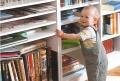 Babys erste Stehversuche vor einem Bücherregal