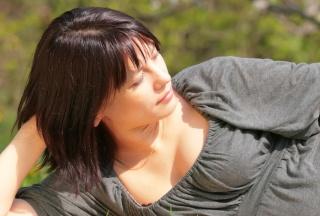 Schwangere Frau in Umstandsmode