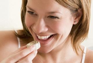 Frau isst Pralinen