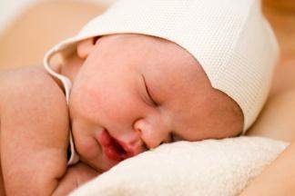 Schlafender Säugling mit Mütze