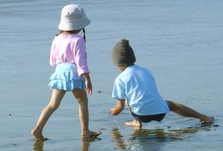Geschwister am Strand