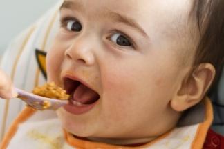 Baby isst seinen Brei