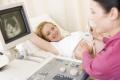 Schwangere Frau bei Ultraschalluntersuchung
