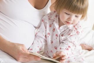 Kleines Mädchen liest ein Kinderbuch