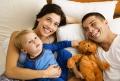 Junge Familie mit Teddybär