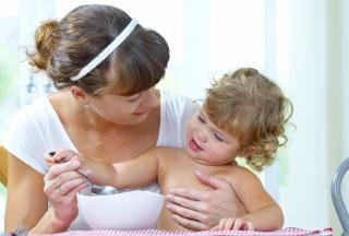 Mutter und Kind beim Füttern