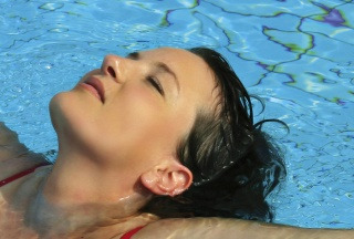 Schwangere Frau im Schwimmbad