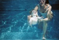 Baby schwimmt mit seiner Mutter