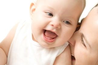 Lachendes Baby mit seiner Mutter