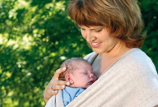 Mutter mit ihrem Baby im Tragetuch