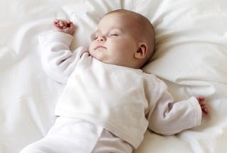 Schlafendes Baby auf dem Rücken