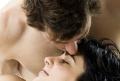 Mann küsst seine Partnerin